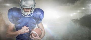Den sammansatta bilden av den bärande hjälmen för sportspelaren, medan hållande, klumpa ihop sig Arkivbild