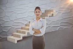 Den sammansatta bilden av den eleganta affärskvinnan med armar korsade i regeringsställning 3d Royaltyfria Bilder