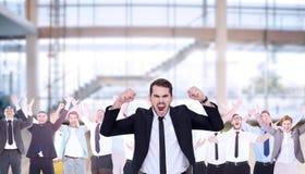 Den sammansatta bilden av den rasande affärsmannen som stramar åt armar, tränga sig in arkivbilder
