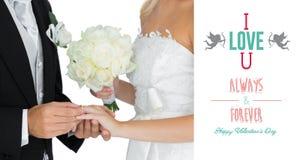 Den sammansatta bilden av den unga brudgummen som sätter på vigselringen på hans wifes, fingrar Royaltyfria Bilder