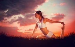 Den sammansatta bilden av den ursnygga passformblondinen i placerad yoga poserar Royaltyfria Foton