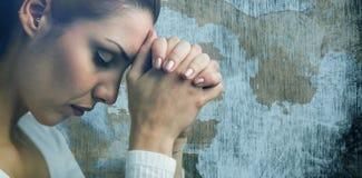 Den sammansatta bilden av den fridsamma kvinnan som ber med att sammanfoga, räcker och stängda ögon Arkivbilder