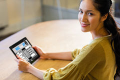 Den sammansatta bilden av g?r din egen app-smartphone royaltyfri bild
