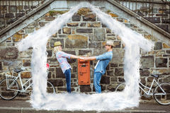 Den sammansatta bilden av höftbarn kopplar ihop dans vid tegelstenväggen med deras cyklar Royaltyfri Fotografi