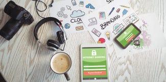 Den sammansatta bilden av internetbankrörelsen smsar med inloggningssidan på den mobila skärmen Arkivfoton