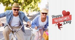 Den sammansatta bilden av lyckliga mogna par som går för en cykel, rider i staden Arkivbilder