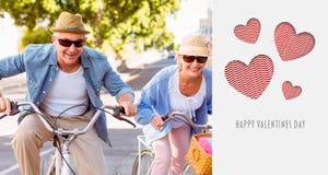 Den sammansatta bilden av lyckliga mogna par som går för en cykel, rider i staden Arkivfoton