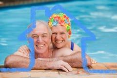 Den sammansatta bilden av lyckligt mognar par i simbassängen Arkivfoto