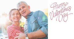 Den sammansatta bilden av lyckligt mognar par som kramar i staden Fotografering för Bildbyråer