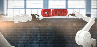 Den sammansatta bilden av metalliska robotic händer som rymmer molnet, smsar på vit bakgrund Royaltyfria Foton