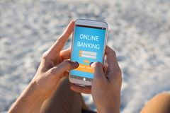 Den sammansatta bilden av online-bankrörelsen smsar på den blåa mobila skärmen Royaltyfria Foton