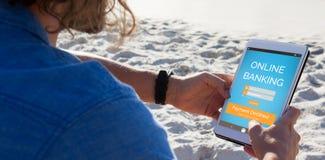Den sammansatta bilden av online-bankrörelsen smsar på den blåa mobila skärmen Royaltyfri Bild