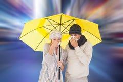 Den sammansatta bilden av par i vinter danar att nysa under paraplyet Fotografering för Bildbyråer