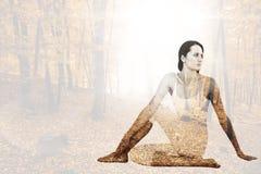 Den sammansatta bilden av passformkvinnan som gör den halva ryggrads- vridningen, poserar i konditionstudio arkivbild