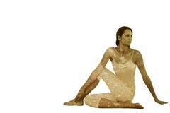 Den sammansatta bilden av passformkvinnan som gör den halva ryggrads- vridningen, poserar i konditionstudio arkivbilder