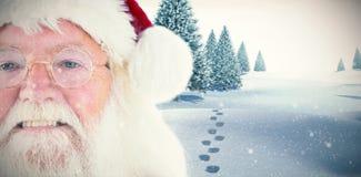 Den sammansatta bilden av Santa Claus är att hålla ögonen på som är lyckligt Royaltyfria Bilder