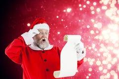Den sammansatta bilden av Santa Claus danandeansiktsuttryck, medan läs-, bläddrar Arkivbilder