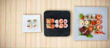 Den sammansatta bilden av slutet upp av skaldjur och sushi tjänade som i platta Arkivbilder