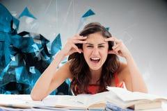 Den sammansatta bilden av studenten går galen göra hennes läxa Royaltyfria Foton