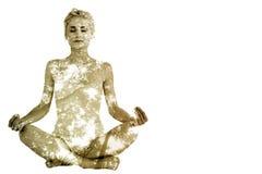 Den sammansatta bilden av tonat sammanträde för den unga kvinnan i lotusblomma poserar med stängda ögon Arkivbilder