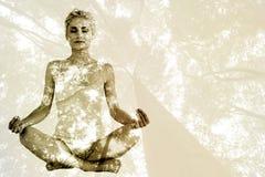 Den sammansatta bilden av tonat sammanträde för den unga kvinnan i lotusblomma poserar med stängda ögon Royaltyfri Fotografi