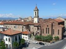 Den San Francesco kyrkan och Santa Maria delle Carceri kvadrerar i Prato Royaltyfri Bild