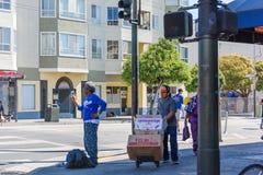 Den San Francisco Road Race försäljaren säljer till löpare från gatahörnet Royaltyfria Bilder