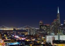 Den San Francisco staden tänder med den Transamerica pyramiden Fotografering för Bildbyråer