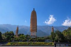 Den San Ta f?r tre pagoder som si tillbaka daterar till ANNONSEN f?r skarp smakperiod 618-907, Kina, Dali, Yunnan, Kina Dali Yunn fotografering för bildbyråer