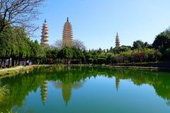 Den San Ta f?r tre pagoder som si tillbaka daterar till ANNONSEN f?r skarp smakperiod 618-907, Kina, Dali, Yunnan, Kina Dali Yunn royaltyfri foto
