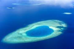 Den sandstången och ön bräker in atollen, Maldiverna Arkivfoton