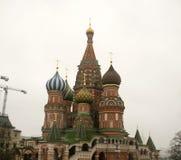 Den Sanka domkyrkan för basilika` s lokaliseras i röd fyrkant moscow russia Royaltyfri Bild