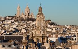 Den Sanka Treenighetkyrkan och Sacre Coeur basilikan, Paris, Frankrike Arkivfoton