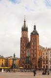 Den Sanktt Mary kyrkan på gammalt marknadsför kvadrerar i Krakow, Polen Royaltyfria Foton