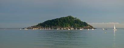 Den Santa Clara Island och Laconchaen sätter på land i staden av Donostia Arkivbilder