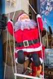 Den Santa Claus statyetten på grekisk jul marknadsför i dramat, Grekland Fotografering för Bildbyråer