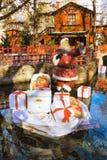 Den Santa Claus statyetten på grekisk jul marknadsför i dramat, Grekland Royaltyfri Bild