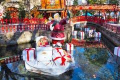 Den Santa Claus statyetten på grekisk jul marknadsför i dramat, Grekland Arkivbilder