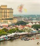 Den Sarawak Kuching vattenfestivalen, många ballons är utsläppt till himlen Fotografering för Bildbyråer