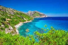 Den Sardinia kustlinjen nära den Cala Fuili stranden lokaliserade precis upp kusten från Cala Gonone, Sardinia, Italien fotografering för bildbyråer