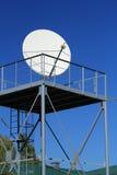 Den satellit- antennen på blått Royaltyfri Bild