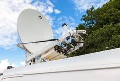 Den satellit- maträtten monterade på taket av den mobila TV-station Royaltyfria Foton