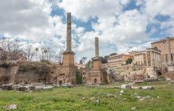 Den Saturn templet och fördärvar i Rome arkivfoto