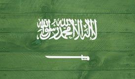 Den Saudia Arabien flaggan på wood bräden med spikar Royaltyfri Bild