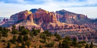 Den sceniska domkyrkan vaggar bildande på ekliten vik i Sedona Arizona arkivbilder