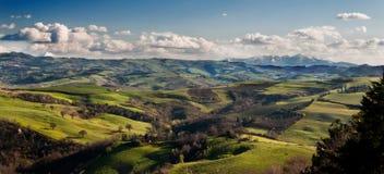 Den sceniska gränser landskap catriaen för monte för montenerone e, Italien Royaltyfri Bild