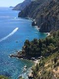 Den sceniska panoramautsikten av berget och havet på Amalfi seglar utmed kusten Campania Italien royaltyfri foto