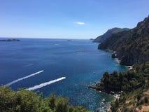 Den sceniska panoramautsikten av berget och havet på Amalfi seglar utmed kusten Campania Italien Arkivbild