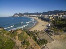 Den sceniska panoramautsikten av den Ipanema stranden från vaggar på Arpoador royaltyfria foton