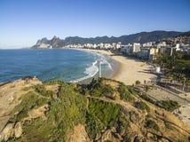 Den sceniska panoramautsikten av den Ipanema stranden från vaggar på Arpoador royaltyfri bild